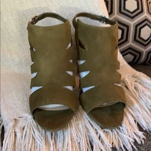 NEW IN BOX Olive leather suede block heel sandals
